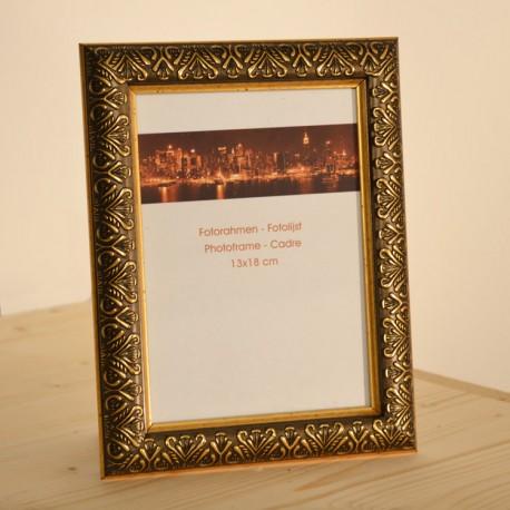 Fotorámeček Ornament • 13x18 cm Barva zlatá Dřevěný fotorámeček Ornament nabízíme ve třech barevných provedení - zlatá/stříbrná/bronzová. Pro fotografie 13x18 cm. Rámeček je vybaven