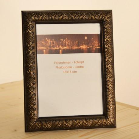Fotorámeček Ornament • 13x18 cm Barva bronzová Dřevěný fotorámeček Ornament nabízíme ve třech barevných provedení - zlatá/stříbrná/bronzová. Pro fotografie 13x18 cm. Rámeček je vybaven