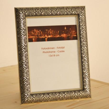 Fotorámeček Ornament • 13x18 cm Barva stříbrná Dřevěný fotorámeček Ornament nabízíme ve třech barevných provedení - zlatá/stříbrná/bronzová. Pro fotografie 13x18 cm. Rámeček je vybaven